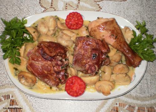 Udka wędzone z kurczaka z pieczarkami. Przepisy do zdjęć zawartych w albumie można odszukać na forum GarKulinar . Tu jest link http://garkulinar.jun.pl/index.php Zapraszam. #KurczakWędzony #udka #pieczarki #grzyby #obiad #jedzenie #kulinaria