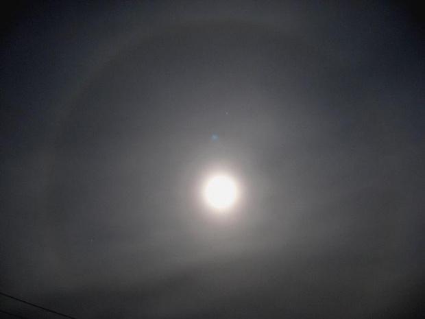 """Na zdjęciu widoczne rzadkie zjawisko zwane """"halo słoneczne"""". Z tym , że jest to efekt w nocy na księżycu, a nie na słońcu. Z powodu słabym warunków ( noc, duży szum, brak statywu) zdjęcie jest jakie jest ale i tak jestem zadowolony :)"""