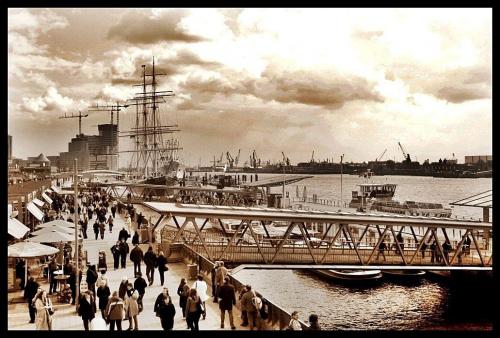 Hamburg - Port , Marzec / 2010 #port #statek #ludzie #turystyka #CzarnoIBialo