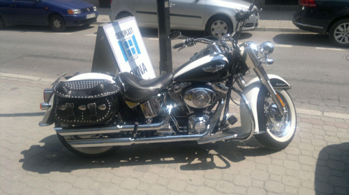 Harley na chodniku #Harley #chodnik #ulica #parking #motor #klasyk #chrom #nikiel