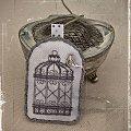 Zawieszka w stylu vintage wykonana techniką haftu krzyżykowego. #haft #ozdoby #PtasiaKlatka #rękodzieło #vintage #zawieszki